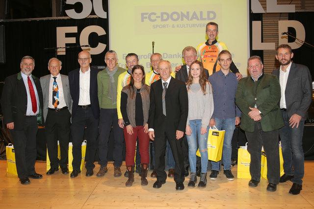 ASVÖ-Vizepräsident Heinz Schwarzenegger (1.v.l.), FC-Donald Obmann Wolfgang Neffe (2.v.l.), Bürgermeister Herbert Pregartner (2.v.r.), Obmann-Stv. Heinz Köck (1.v.r.) und die geehrten Sportler