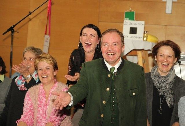 Bürgermeister Bernhard Ederer aktiv im Kurs von Lach-Yoga-Referentin Silvia Gaich (Mitte).