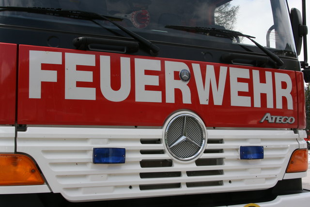 Die Feuerwehr barg den Verunglückten mit hydraulischem Rettungsgerät (SYMBOLBILD)