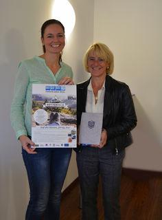 Bezirksblätter Salzburg-Marketingleiterin Theresa Kaserer übergab den Tauern Spa-Gutschein an die glückliche Gewinnerin Karin Gimpl aus St. Koloman.