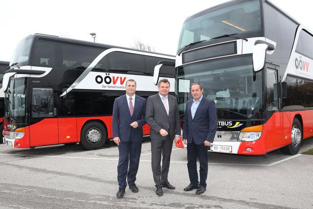 Präsentation der neuen OÖVV-Postbusse (von links): Peter Schmolmüller (ÖBB Postbus), Landesrat Günther Steinkellner und Herbert Kubasta (Geschäftsführer der OÖVV Betriebsgesellschaft)
