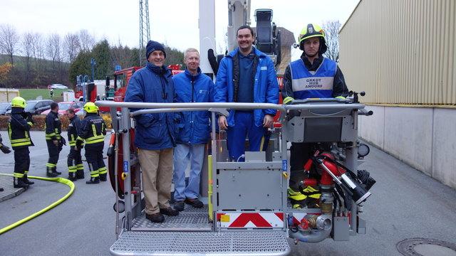 Geschäftsführer Stefan List, zwei Brandschutzbeauftragte der Firma Schaumann und Markus Schönbauer von der FF Andorf bei einer Fahrt mit der Teleskopmastbühne der FF Andorf im Anschluss der Übung (v. l.).