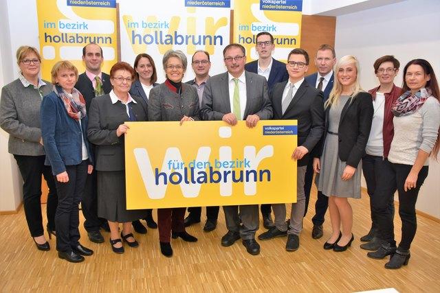 Ein Teil der Kandidaten für die Landtagswahl, an der Spitze Richard Hogl mit Landesrätin Petra Bohuslav.                                  Foto: Privat