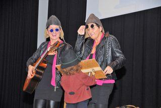 """""""Mir zwoa"""" nehmens mit Humor- So das Motto von Margret Herold und Rosi Thurmaier beim Kabarettprogramm in der Hügellandhalle St Margarethen an der Raab"""
