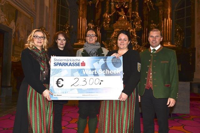 Die Marketenderinnen mit Andrea Sailer, Obfrau Birgit Pretterhofer und Pfarrer Anton Herk-Pickl mit der großzügigen Spendensumme.