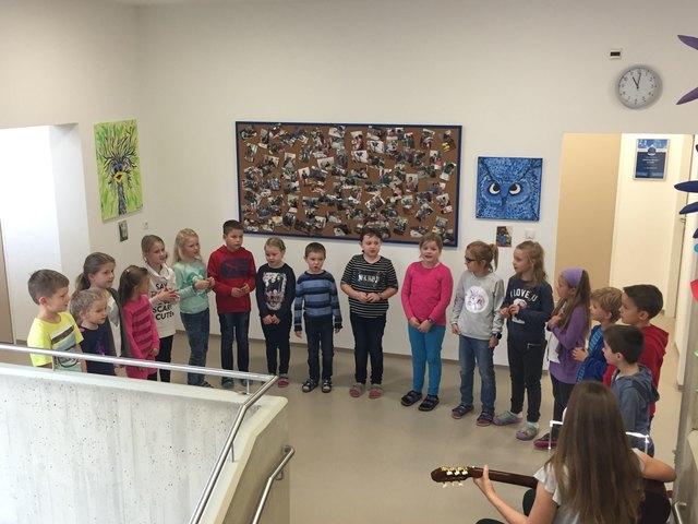 Mit einer kreativen Präsentation der Kunstwerke wurden die Arbeiten der Kinder und Eltern ins Rampenlicht gerückt.