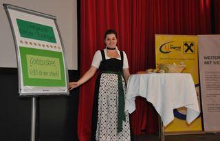 """Maria Schwaiger, Bezirksleiterin der Landjugend Bezirk Pongau-Tennengau; bei der Präsentation des Bezirks-Projektes """"Rezeptheft Genussküche – Vielfalt, die man schmeckt!"""""""