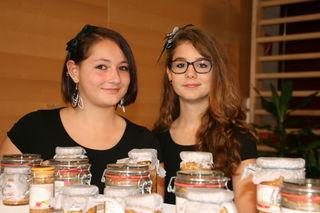 Die Schüler der 2a sammeln mit dem Verkauf ihrer selbstgemachten Produkte Geld für soziale Projekte.