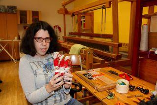 Tamara stellt am Webrahmen herzige Weihnachtsmänner her. Die gibt es natürlich auch am Weihnachtsmarkt zu kaufen.