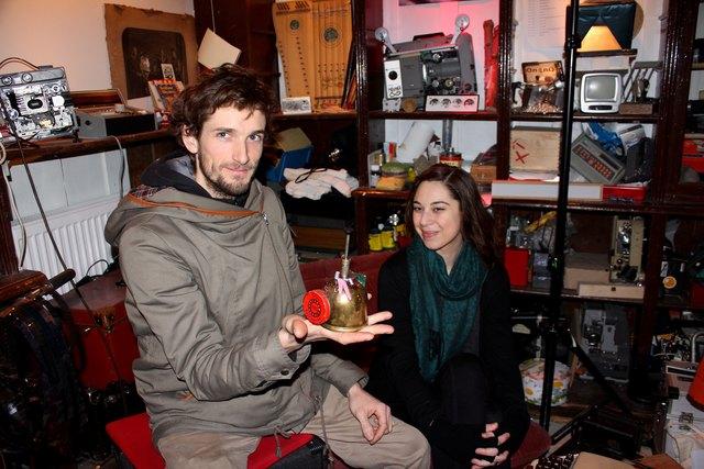 Stefan Voglsinger mit Vereins-Schriftführerin und Autorin Maria Koller im Setzkasten - die Blumenspritze hat er zu einem Musikinstrument umgebaut.