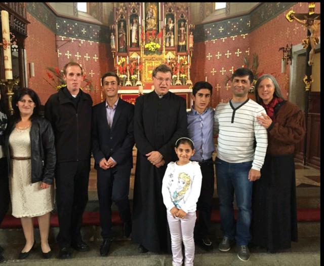 Die Familie bei der Taufe der Söhne Mjasnik und Marat mit Pfarrer Weihrauch und den Taufpaten Walter und Waltraud.