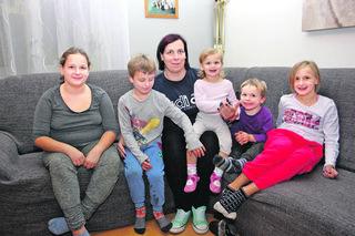 Die Kinder von Familie Maier werden nach dem Brand durch das Kriseninterventionsteam betreut.