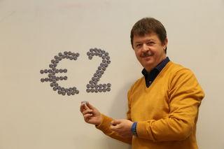 Johannes Steinwender (Lions Club) präsentiert den Taler.