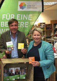 Genossenschafter Ernest Schmid und Initiatorin Ingun Kluppenegger im Fachl, das auch Regionalbüro der Bank für Gemeinwohl ist