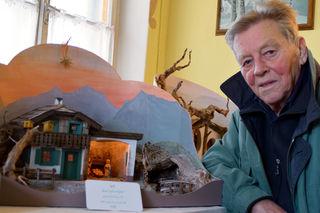 """Hobby-Krippenbauer Walter Reiter mit der """"Salzburger Weihnacht"""" – dem Lieblingsmodell seiner Ehefrau."""