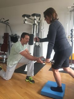Dipl. Physiotherapeut Andreas Hipfel bietet in seiner Praxis ein gelenkschonendes Training an.