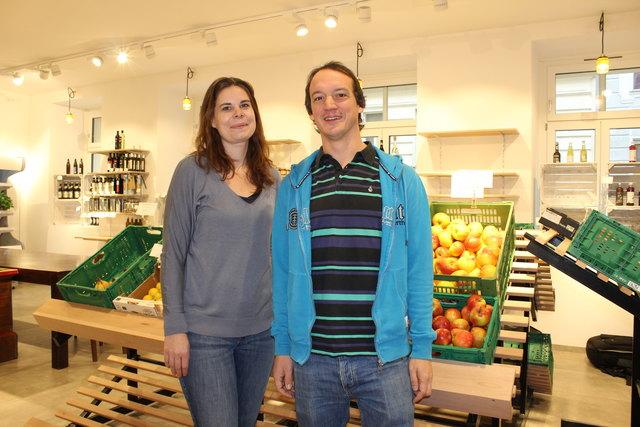 """Claudia Mäser und Markus Ivany betreiben den Unverpackt-Bio-Supermarkt """"Lieber ohne"""" in der Otto-Bauer-Gasse."""