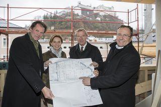 Besichtigen die Baustelle Chiemseehof: Josef Leitner, Landtagspräsidentin Brigitta Pallauf, Landeshauptmann Wilfried Haslauer und Urs Tanner