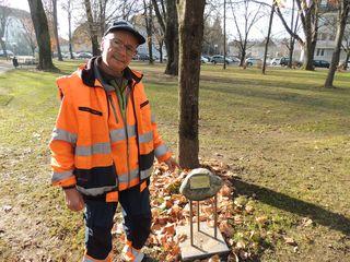 Bgm. a.D. Senator Hans Kindermann überraschte Otto Gogl 1996 zum 65er mit einem Gedenkstein im Marenzipark.