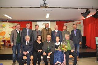 Frau Bezirkshauptfrau, der Neu-Ruheständler und die Lungauer Bürgermeister am Abschiedsfoto