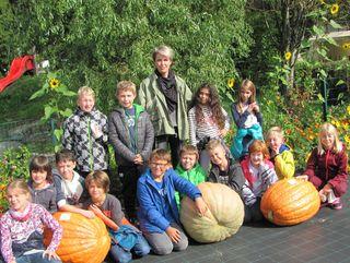 Die Kinder der Volksschule Debant züchteten ein 45,5 Kilogramm schweren Riesenkürbis.