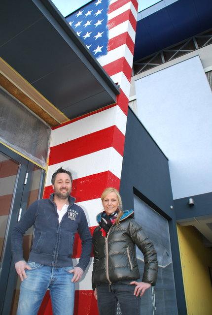 Christopher Scheiber und Walli Mellitzer vor der frisch gestrichenen Wand ihres neuen Lokals in der Vorstadt