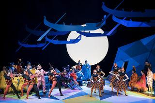 Das Ballett und der Chor der Oper Graz zeigen was sie können.