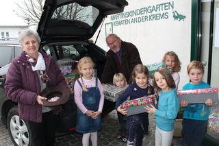 Die Kindergartenkinder durften ihre mitgebrachten Kartons selber ins Auto laden für den weiteren Transport.