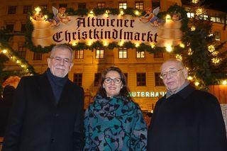 Hoher Besuch auf dem Christkindlmarkt: Bundespräsident Alexander Van der Bellen mit Alexandra Holzer und Robert Kauer (v.l.).