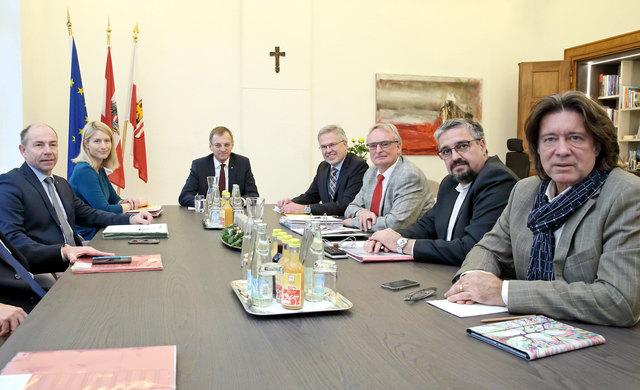 Landeshauptmann Thomas Stelzer sowie die Landesräte Max Hiegelsberger und Christine Haberlander mit Vertretern der Gewerkschaften (re.)