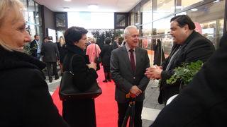 Alexander Schmidt (modern living Immobilien) begrüßte die Gäste der Voreröffnung.