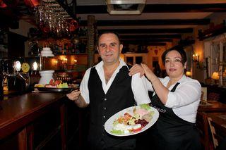 Konstantinos und Violetta Pardalis servieren authentische griechische Gerichte und Lebensfreude in einem