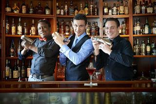 Baba, Zoran und Roman (v.l.n.r.) präsentieren neue Cocktailkreationen in der First American Bar