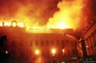 Als der Dachstuhl einbrach, schlugen zwar die Flammen aus der  Hofburg, dadurch konnte aber endlich die große Hitze entweichen, die das Löschen erschwerte.