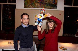 """Michael und Andrea Nikowitz mit ihrem 20 Jahre alten Spielzeugroboter - in ihrem Buch geht es um """"richtige"""" Roboter und Wissenschaft"""