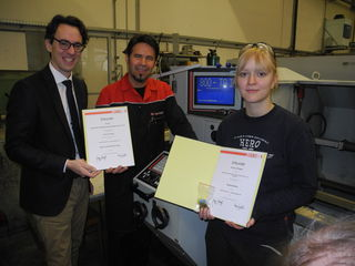 WK-Bezirksstellenleiter Mag. Andreas Marquardt (links) gratuliert der Goldmedaillengewinnerin Daniela Riegler und Lehrwerkstättenleiter Dieter Peley in der Berndorf Sondermaschinenbau GmbH.