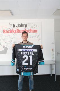 Philipp Lukas mit dem zu gewinnenden Trikot.