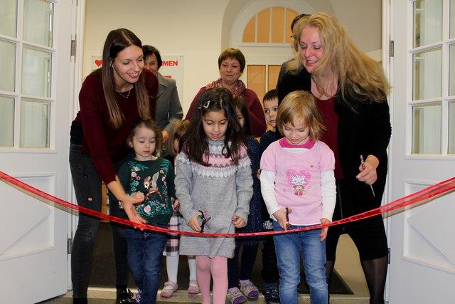 Kinder nach vorne! Sie dürfen gemeinsam mit Daniela Covchlár (MA 10, re.) das rote Band bei der Eröffnung zerschneiden