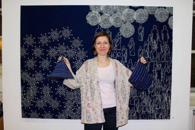 Am Puls der Zeit: Michaela Dermauw vor einem indisch inspirierten Blaudruck von Petra Valentinová.