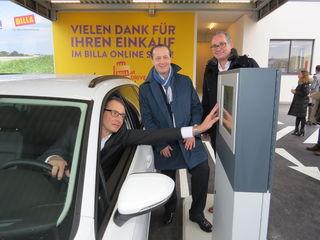 Billa-Vorstände Robert Nagele und Josef Siess demonstrieren das einfache und bequeme Einkaufen über den neuen Drive-in-Schalter.
