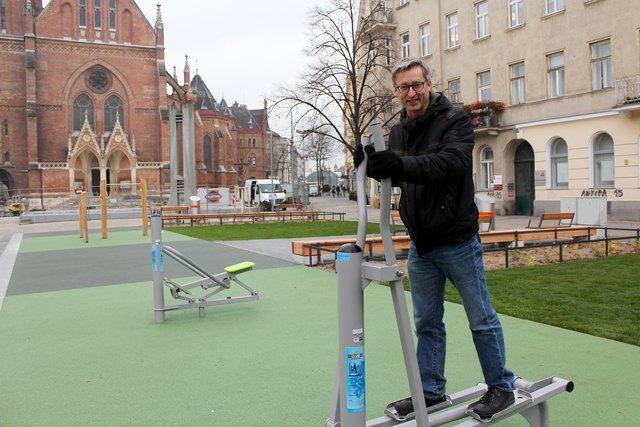 Fitness mit Kirchenblick: Die neuen Geräte am neuen Kardinal Rauscher Platz werden von Markus Mondre (GB*) gleich einmal ausprobiert