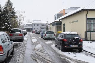 Zugeparkt: Die Straße zum Kindergarten ist oft beidseitig zugeparkt. Ein- und Aussteigen mit einem Rollstuhl ist da schwierig.
