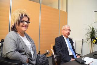 Tiroler Sprechstunde mit dem österreichischen Behindertenanwalt: im Bild Marianne Hengl (GF RollOn-Austria) und Hansjörg Hofer