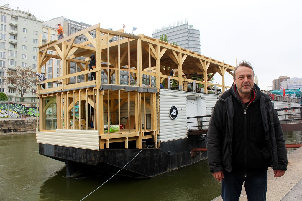 Noch im April bauten Gerold Ecker das Badeschiff um.