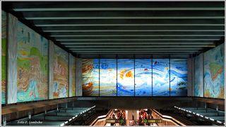 Die Station Volkstheater der U 3 wurde von Anton Lehmden künstlerisch mit einem Glasfries ausgestaltet.