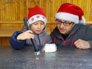 NÖ Talenteschmiede Hernstein-Betreuer Johannes Leitner lädt beim Adventmarkt im Schloss Hernstein mit 24 weihnachtlichen Experimenten dazu ein, in die Welt der Naturwissenschaften einzutauchen.