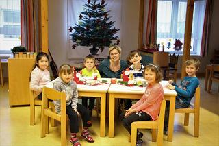Festliche Stimmung schon jetzt im Kindergarten Reisenberg: Mit Leiterin und Nikolo-Fan Alexandra Haderer basteln und malen.