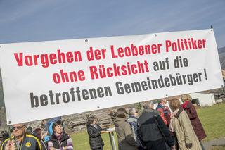 Leoben, Oesterreich,04.11.2017,Chronik. Bild zeigt ein Feature von der Demo gegen ein Krematorium in Niklasdorf.