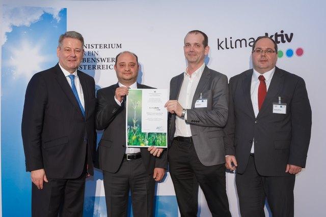 Umweltminister Rupprechter (links) überreicht Urkunde an die Vertreter energieeffizienter Unternehmen: Daniel Campanella (Energiebeauftragter), Gerald Stark (Betriebsleiter), Manfred Daffinger (Techn. Leiter)