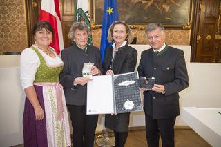 Auszeichnung: Zweite Landtagspräsidentin Manuela Khom, Erika Augustin, Landtagspräsidentin Bettina Vollath, Dritter Landtagspräsident Gerhard Kurzmann (v.l.).